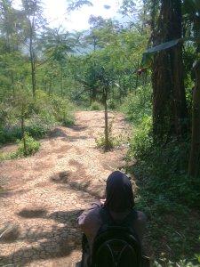 Istirahat Sejenak di awal pendakian Gunung Batu