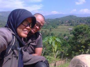 Mejeng bareng suami di Gunung Batu by Lia Hijihawu